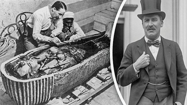 Египтолог Говард Картер осматривает мумию Тутанхамона в феврале 1923 г.