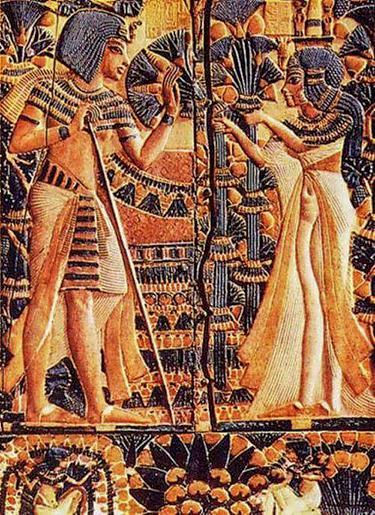 Тутанхамон с женой в саду. Рельеф на крышке ларца из гробницы Тутанхамона.
