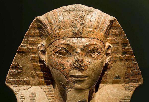 Хатшепсут изображена в виде мужского фараона с бородой