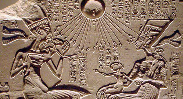 Эхнатон, Нефертити и три их дочери