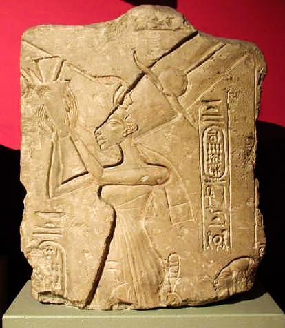 Нефертити поклоняется Богу Солнца Атона