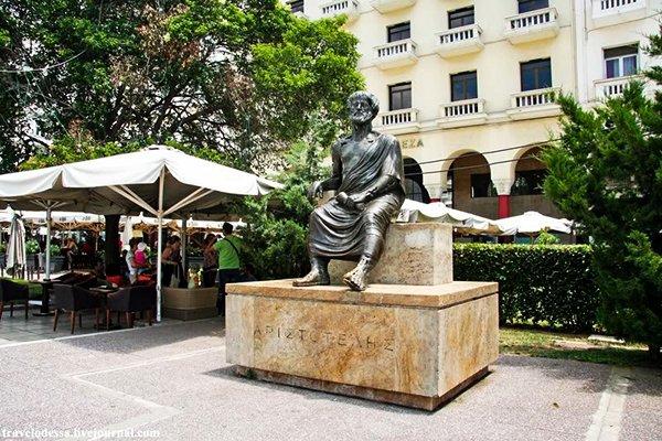 Статуя Аристотеля в университете Салоники, Греция
