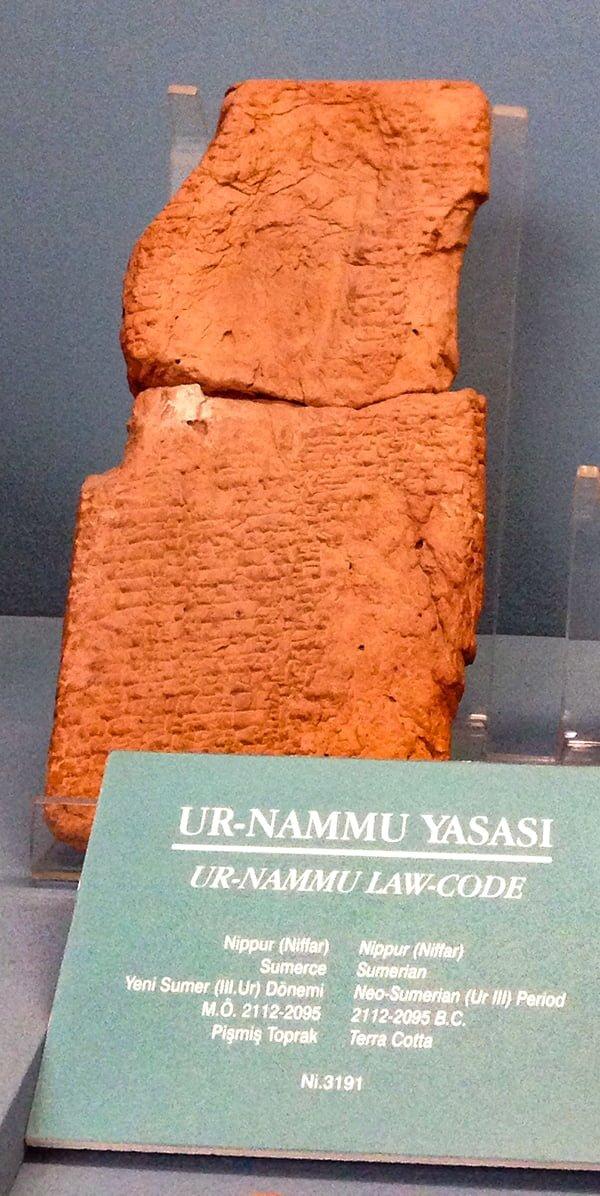 Кодекс царя Ур-Намму. Археологический музей Стамбула.