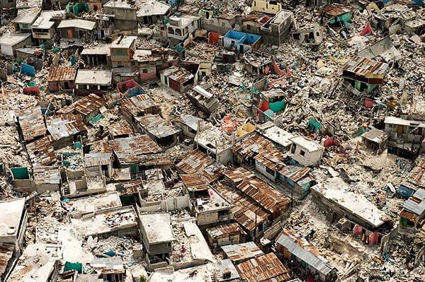 Разрушенные дома и обломки на Гаити после землетрясения 2010 года