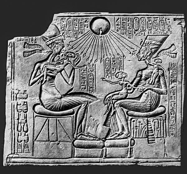 Эхнатон с семьей, поклоняется Атону фараон Древнего Египта