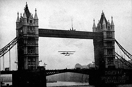 Фрэнк Макклин летит через Тауэрский мост