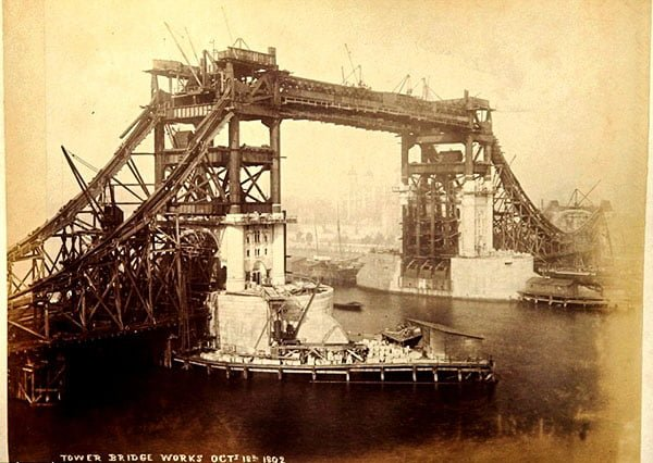 Тауэрский мост в стадии строительства