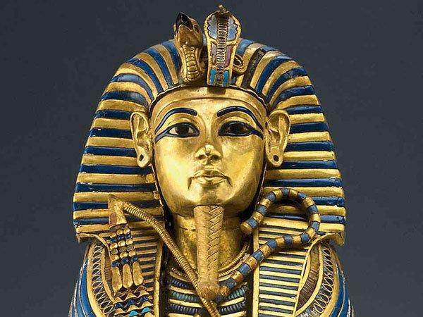 Золотая маска, указывающая на королевский и божественный статус