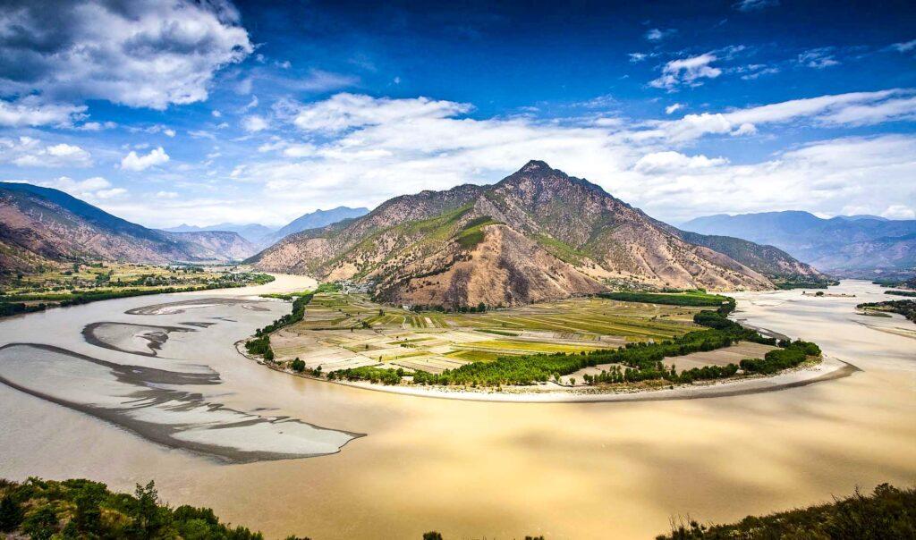 Первый поворот Янцзы в Сигу в провинции Юньнань