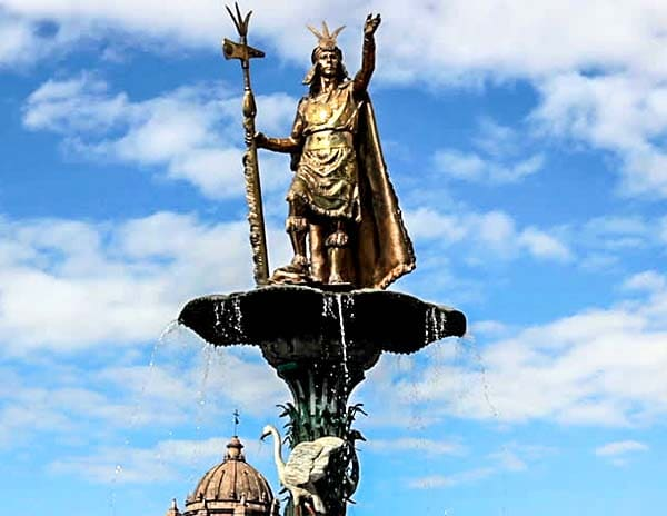 Статуя императора инков Пачакути на Пласа де Армас в Куско, Перу инки