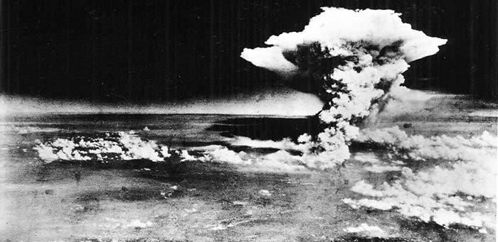 Грибное облако над Хиросимой после взрыва атомной бомбы