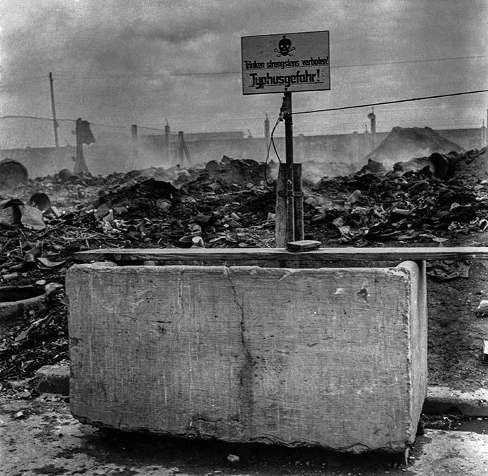 На этом недатированном фото изображен фонтан с надписью «Не пей, тиф», который виден среди руин концентрационного лагеря Дахау недалеко от Мюнхена, Германия. Эпидемия