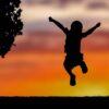 Почему ребенок не умеет прыгать или ходить по бордюру