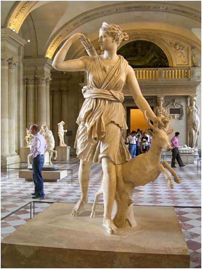 Артемида как охотница - Скульптура в Лувре, Париж