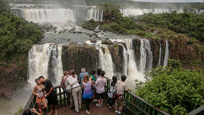 Посетители осматривают водопад Игуасу