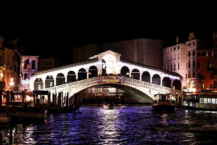 Великолепный мост Риальто ночью