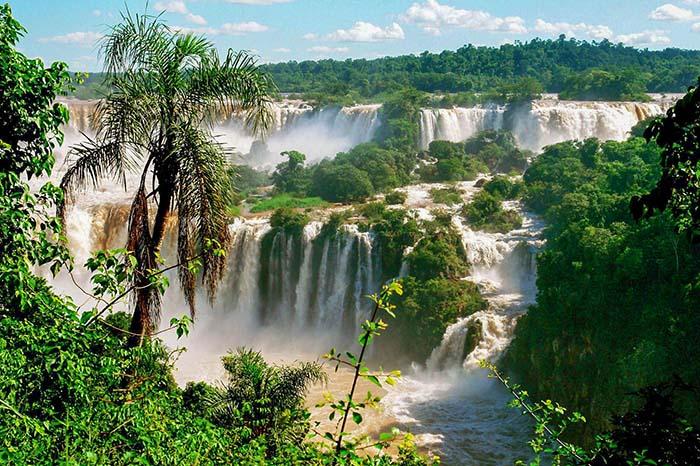 Водопад Игуасу состоит из 275 водопадов