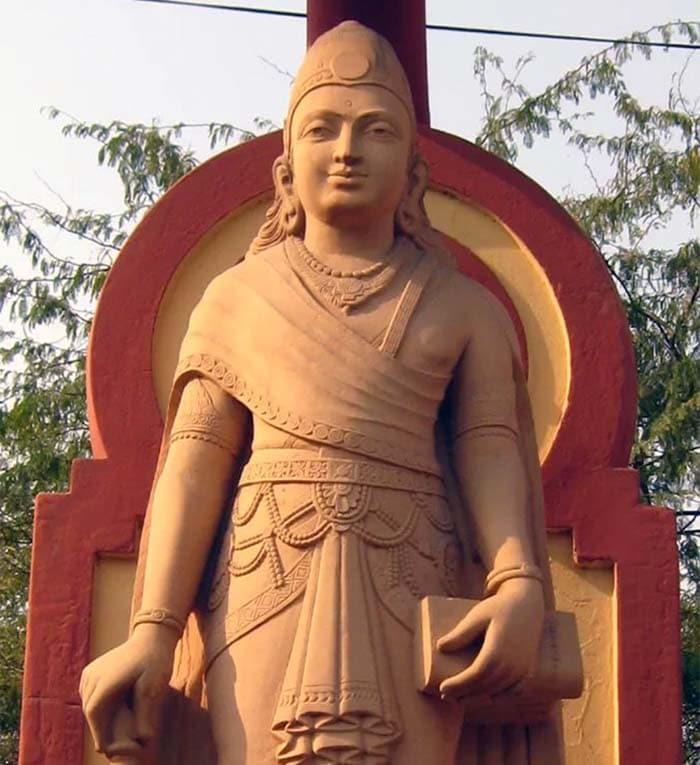 Современная статуя Чандрагупты Маурьи, основателя империи Маурьев