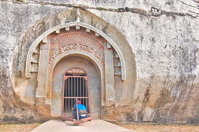 Знаменитый резной вход в пещеру Ломас Риши маурьев