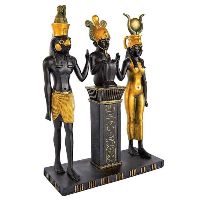 Слева направо - Гор, его отец Осирис и его мать Исида
