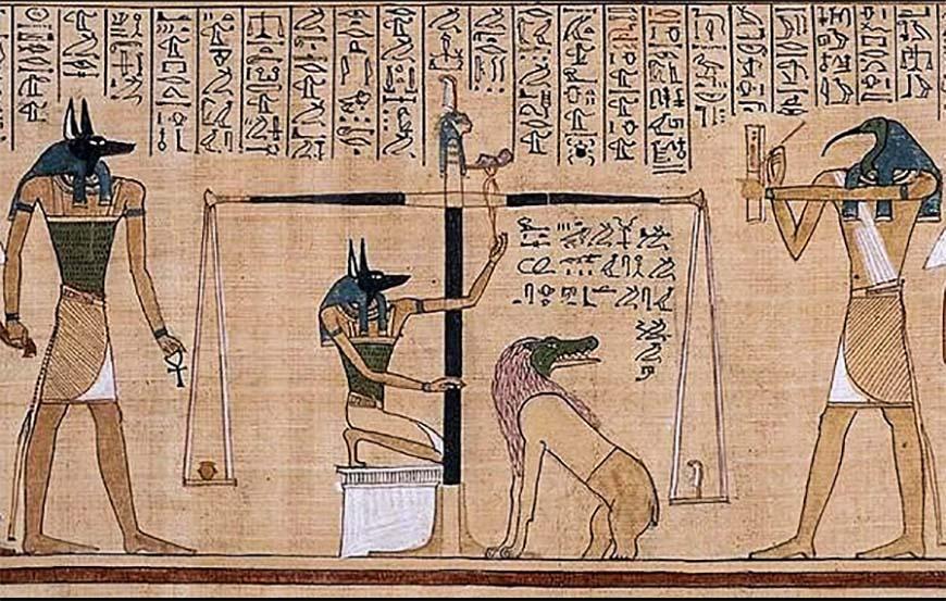 Анубис выполняет взвешивание сердца, а Тот (справа) записывает результат.