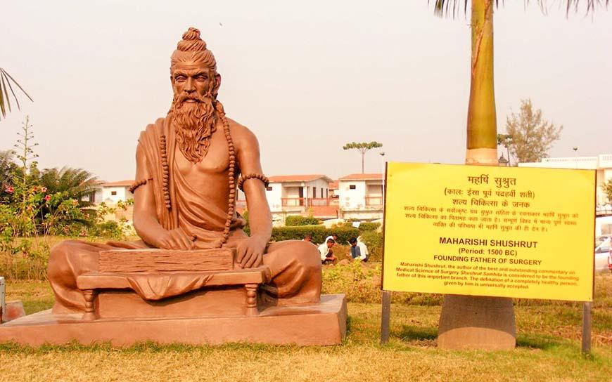 Статуя, посвященная древнему индийскому врачу Сушруте в Харидваре, Уттаракханд